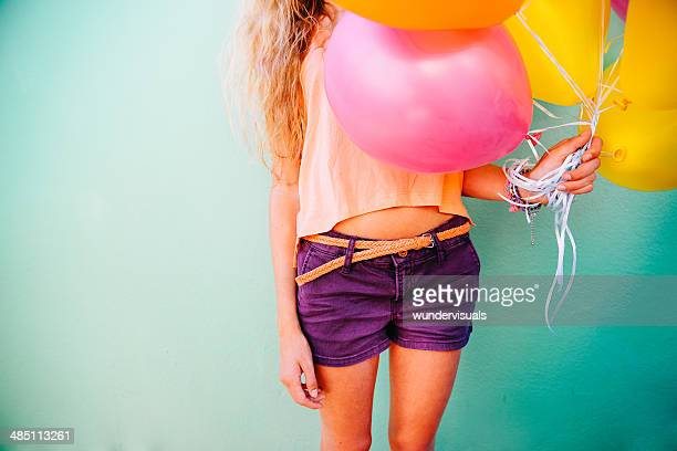 Frau holding bunten Luftballons
