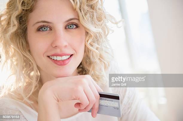 woman holding credit card, smiling - olhos azuis - fotografias e filmes do acervo