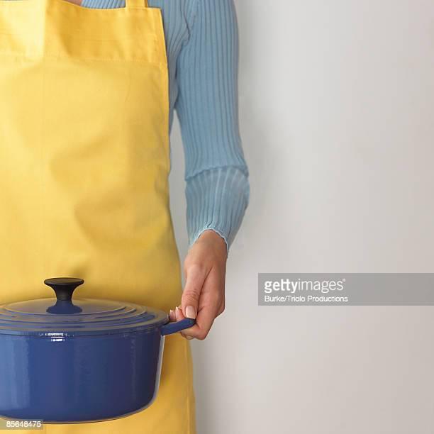 woman holding dutch oven - ダッチオーブン ストックフォトと画像