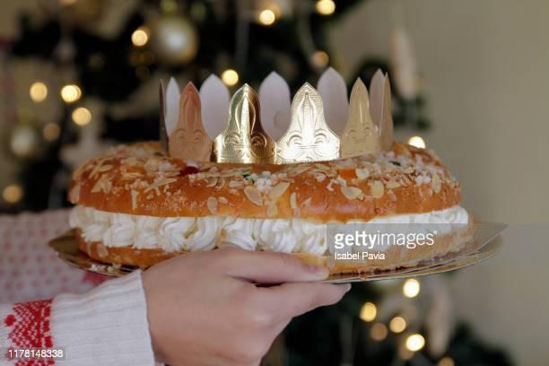 woman holding epiphany cake with king gift - roscon de reyes fotografías e imágenes de stock