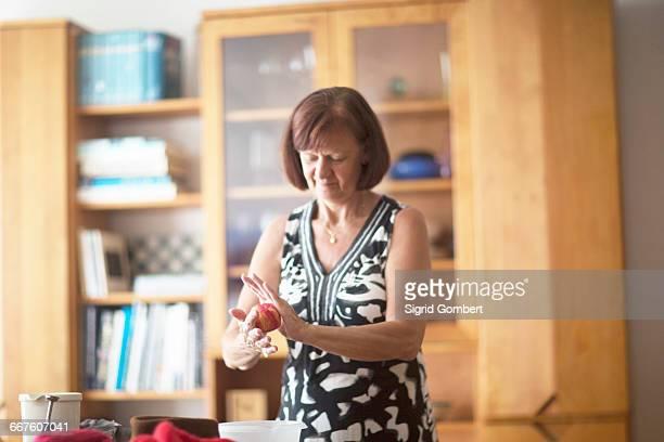 woman holding felt ball - sigrid gombert 個照片及圖片檔