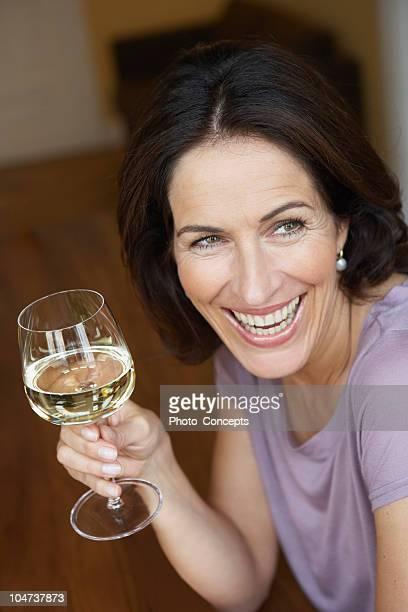 Frau hält Glas Weißwein