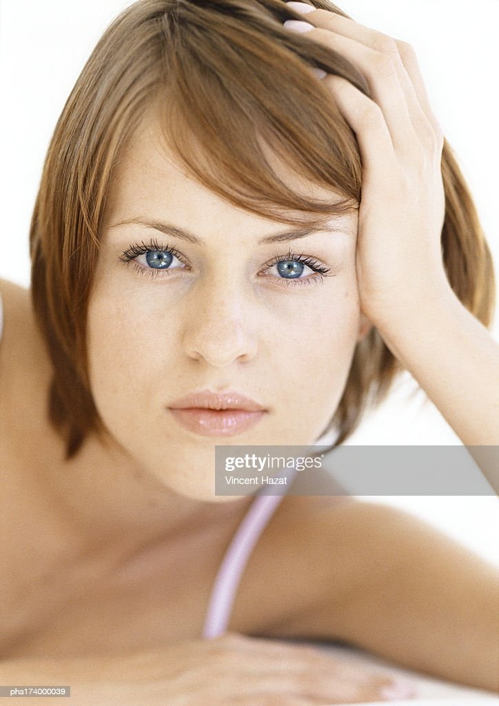 Woman holding head with hand, close up : Stockfoto