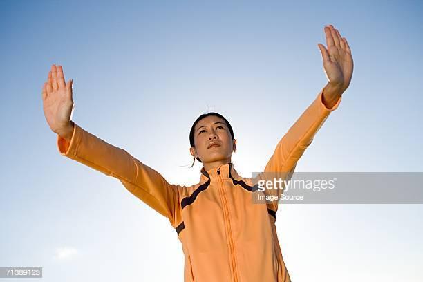 mujer sosteniendo su mano a - hands in her pants fotografías e imágenes de stock