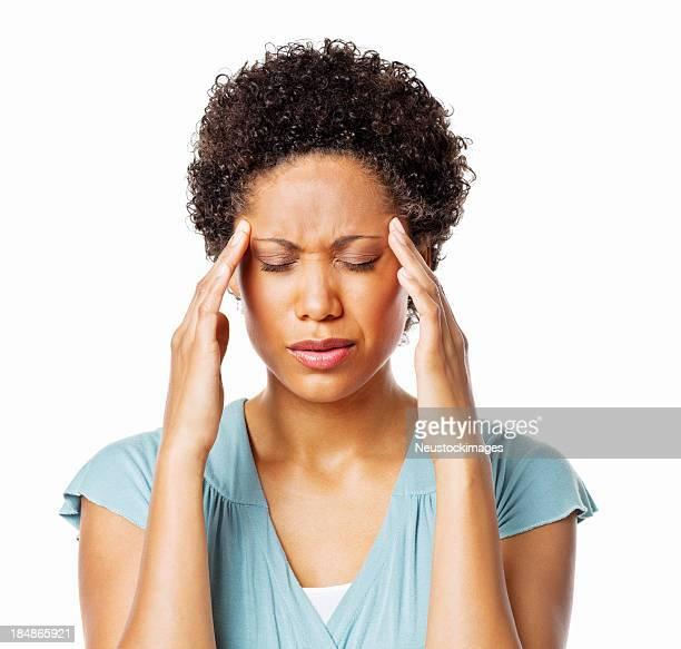 Mujer agarrando su cabeza en el dolor-aislado