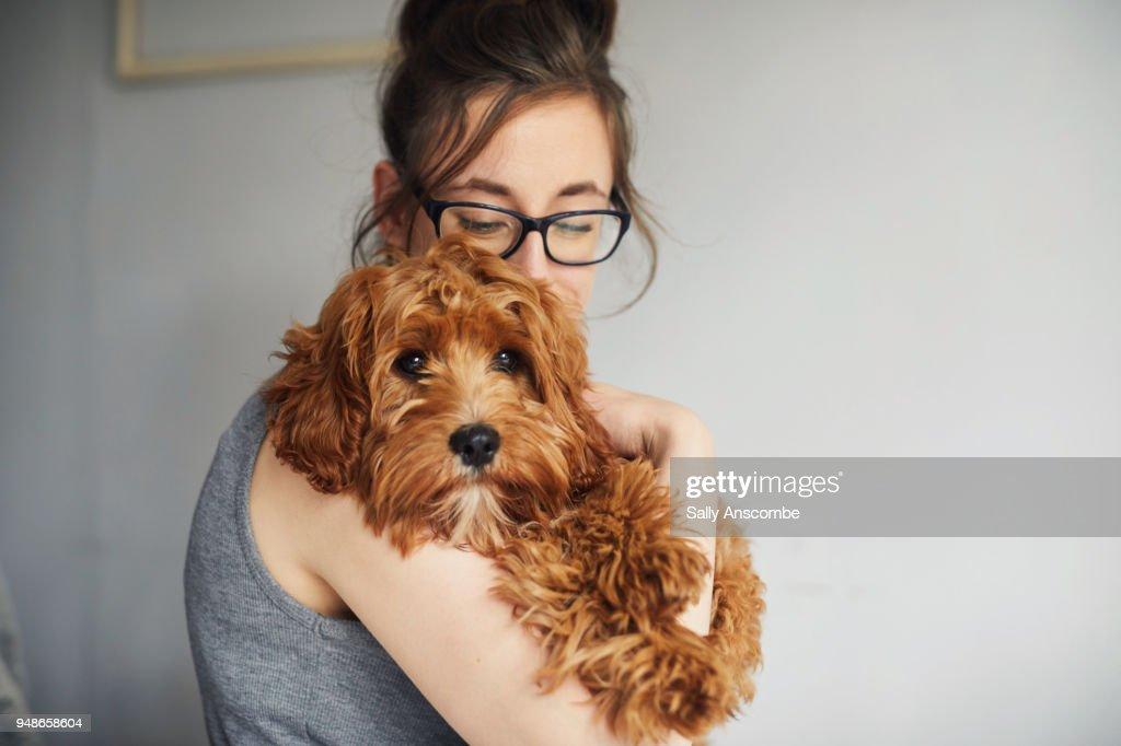 Woman holding her pet dog : Stockfoto