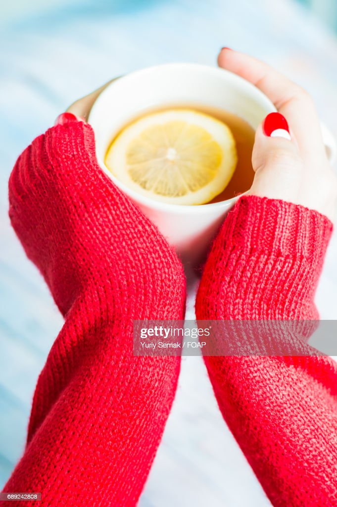 Woman holding lemon tea : Stock Photo