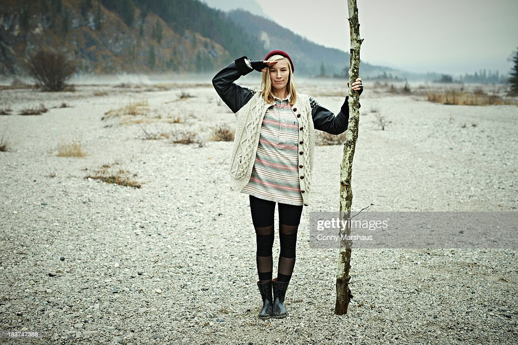 Woman holding log : Foto de stock
