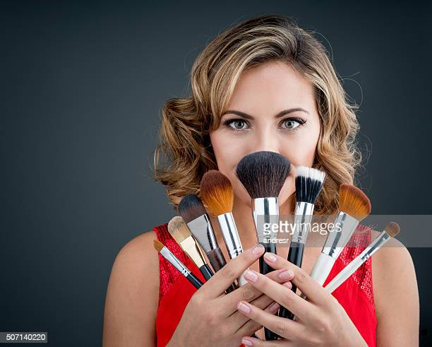 Frau hält Make-up Pinsel