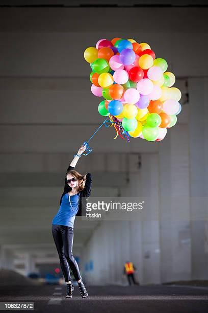Femme tenant des ballons