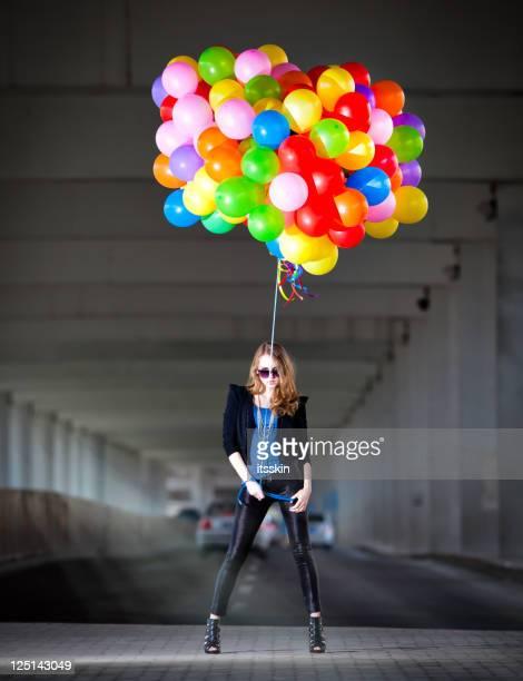 Frau hält viele Ballons