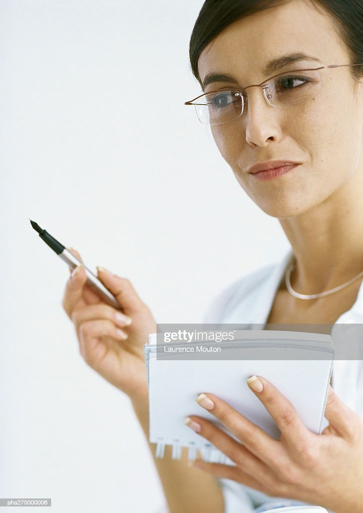 Woman holding notepad and pen : Stockfoto
