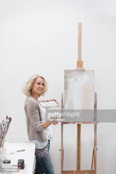 Femme tenant le pinceau et palette de l'art studio