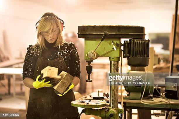 Frau hält Holzblöcke in Workshops