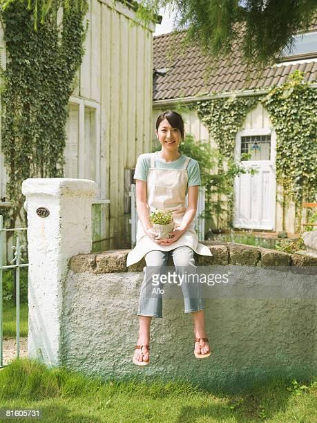 woman holding plant - 人の指 ストックフォトと画像