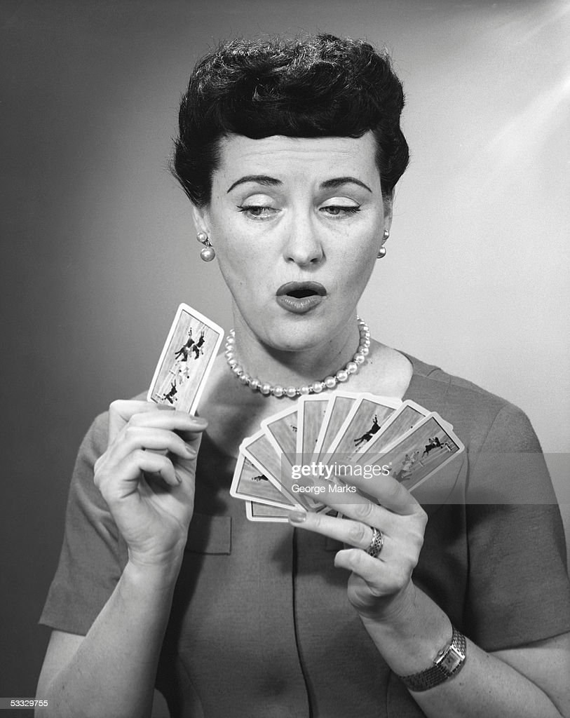 Woman holding playing cards : Stockfoto