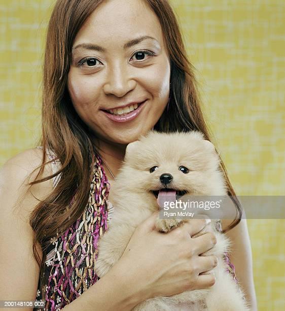 Donna con Volpino di Pomerania cucciolo