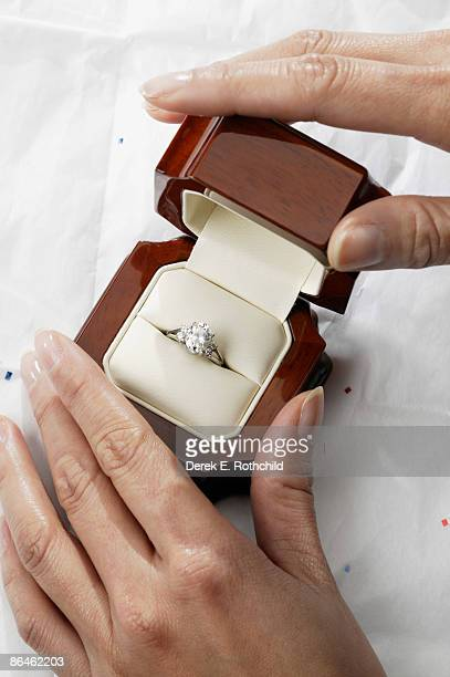 woman holding ring box - engagement ring box fotografías e imágenes de stock