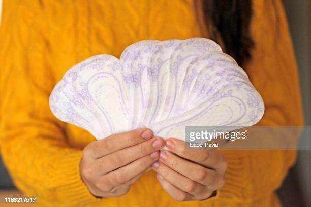 woman holding sanitary pads in hands - feminidade - fotografias e filmes do acervo