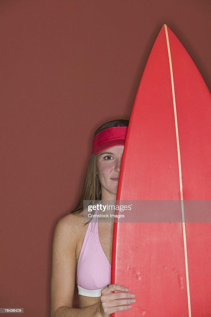 Woman holding surfboard : Stockfoto