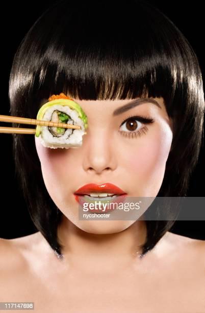 Frau hält sushi über Auge Porträt