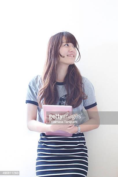 woman holding tablet - jupe photos et images de collection