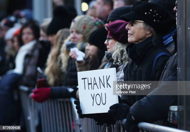 A woman holds a sign thanking veterans during the Veterans Day Parade on November 11 2017 in New York City The largest Veterans Day event in the...