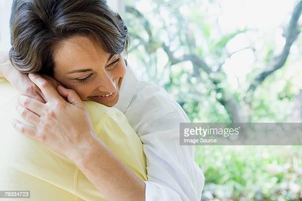 Mujer abrazándose