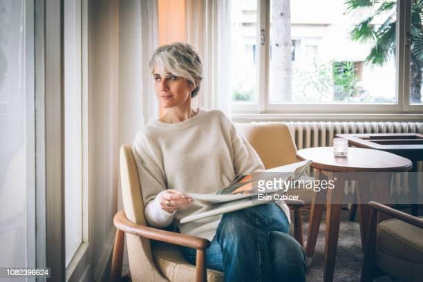 woman enjoying art book - contemporary istanbul foto e immagini stock