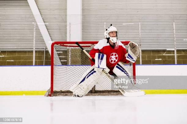 de goalie van het ijshockey van de vrouw op het ijs - doelman ijshockeyer stockfoto's en -beelden