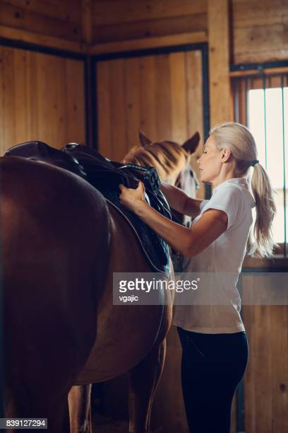 彼女の馬の納屋の女性