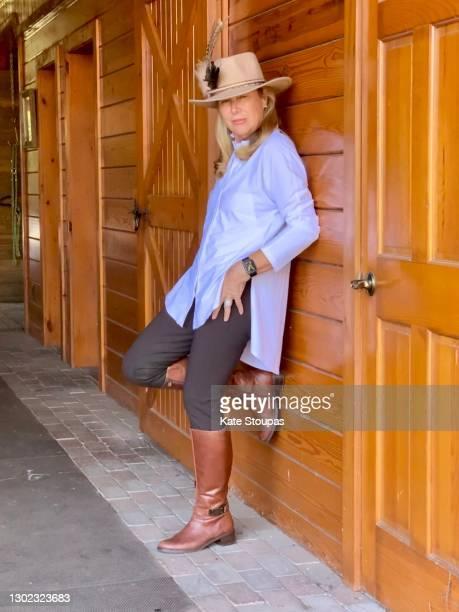 woman in a cowboy hat - ブーツイン ストックフォトと画像