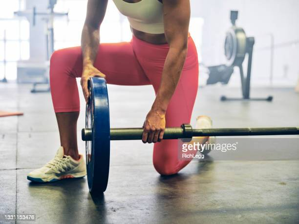 woman in a cross training gym - women's weightlifting stock pictures, royalty-free photos & images