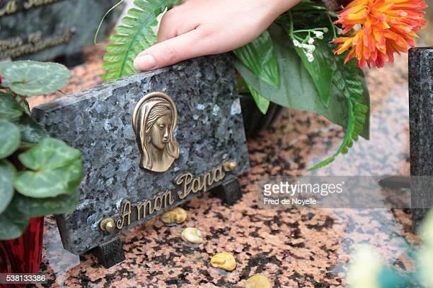 woman in a graveyard - dood begrippen stockfoto's en -beelden