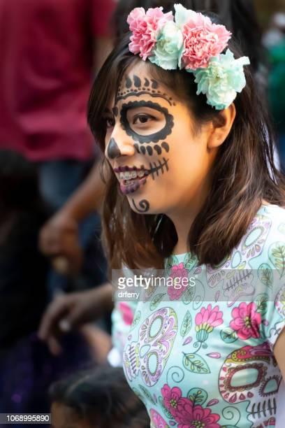 Femme en robe verte au Día de los Muertos Festival à Oaxaca