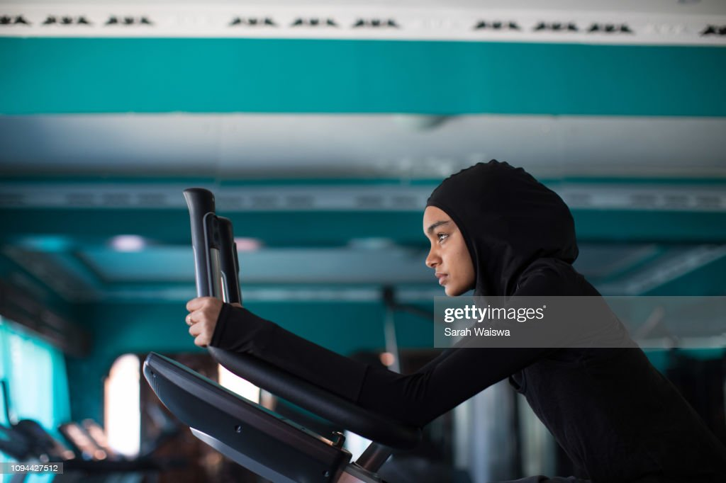 Woman in a hijab working out : Stock-Foto