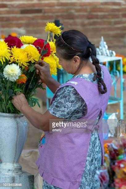 Femme dans un bandeau violet sur le Día de los Muertos, Oaxaca