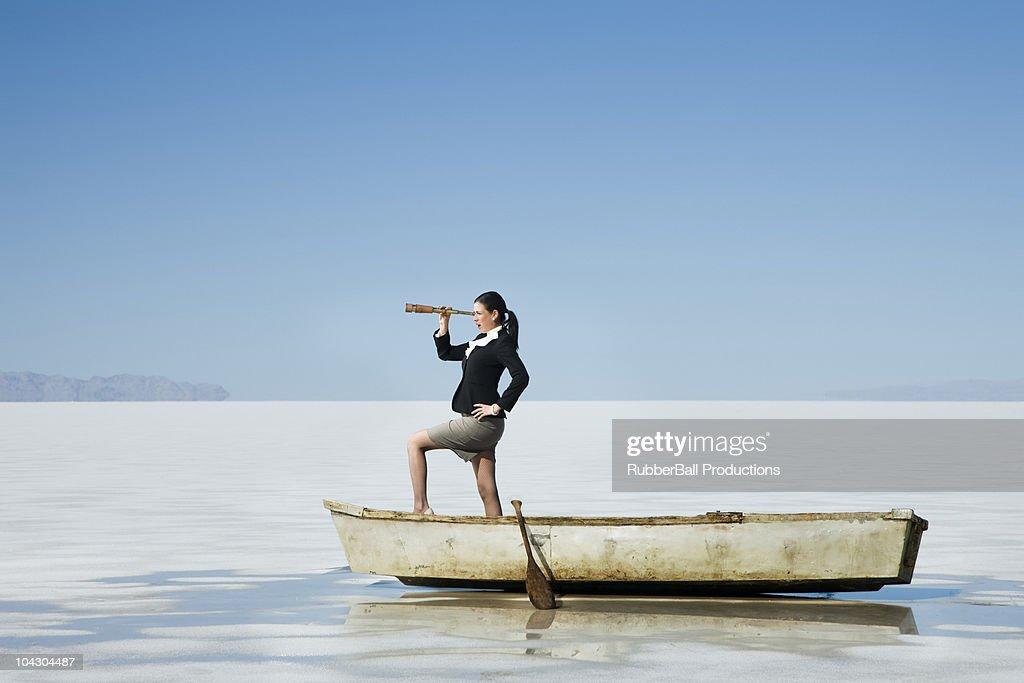Frau in einer Reihe Boot mitten im Nirgendwo : Stock-Foto