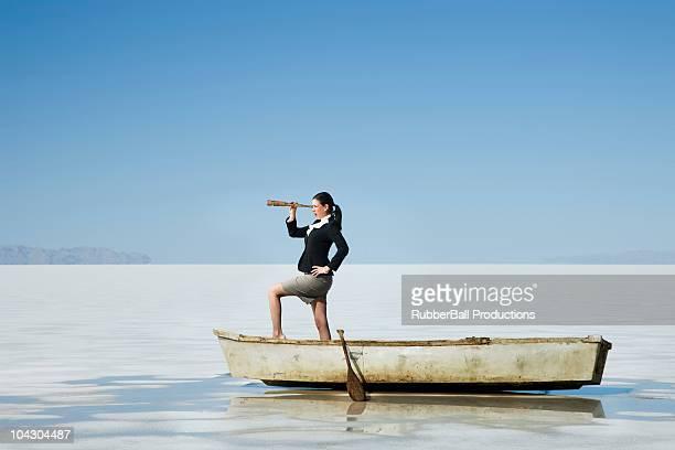 Mujer en una fila de botes en el medio de la selva