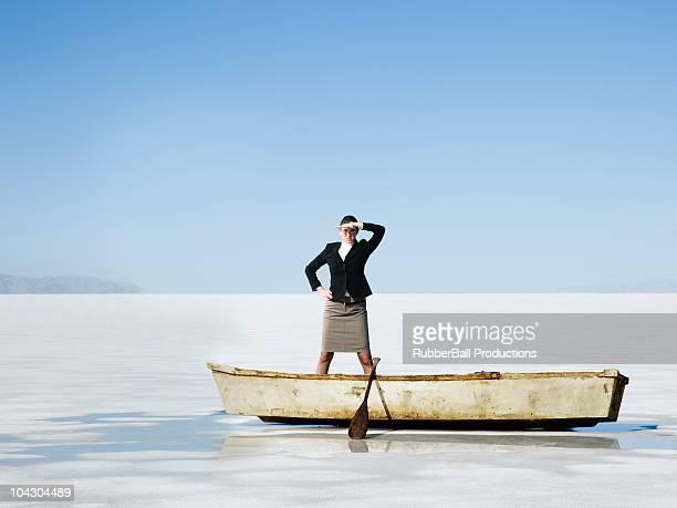 女性のボートの列の真ん中に凝縮