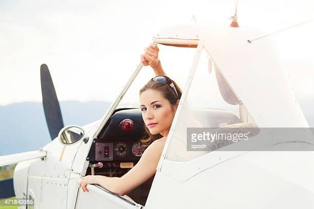 donna in un piccolo aereo. - aereo ultraleggero foto e immagini stock