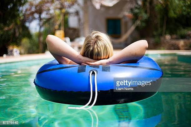 a woman in a swimming pool - bote inflável - fotografias e filmes do acervo