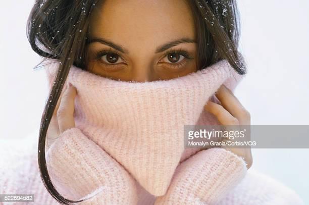 woman in a turtleneck sweater - col roulé photos et images de collection