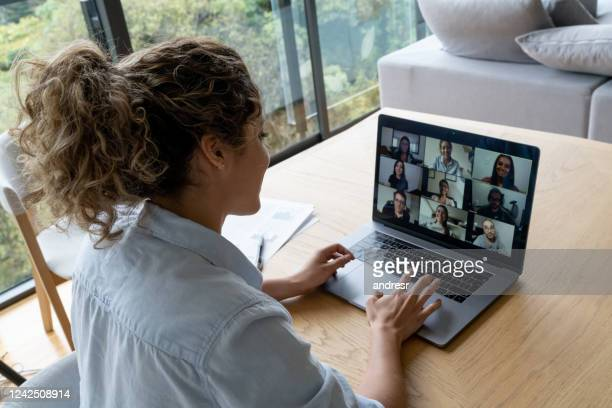 woman in a video conference with her coworkers while working from home - grupo médio de pessoas imagens e fotografias de stock