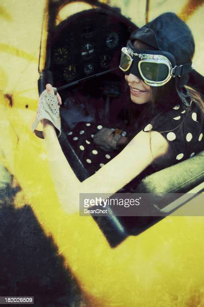 Femme dans un avion vintage