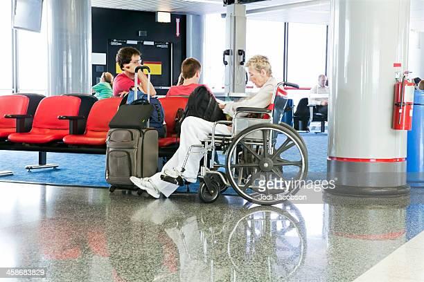 Donna in sedia a rotelle in aeroporto