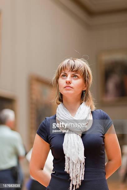 femme dans un musée d'art jusqu'à des tableaux de recherche - met art gallery photos et images de collection