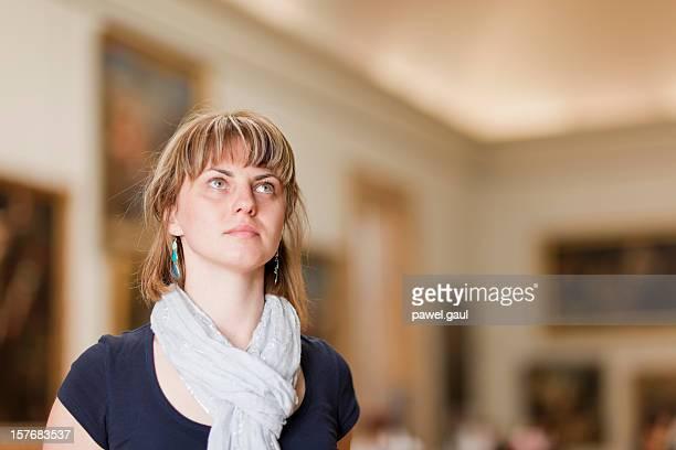 女性の芸術の博物館の見上げる絵画 - met art gallery ストックフォトと画像