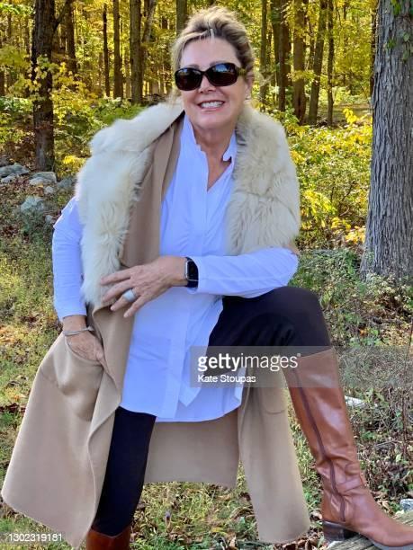 woman in autumn field - ブーツイン ストックフォトと画像