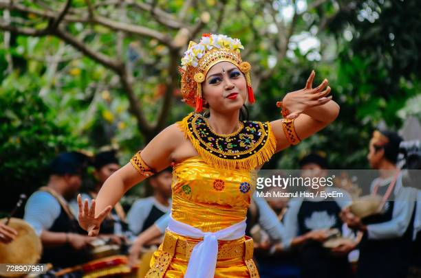 woman in balinese traditional clothing dancing - balinese culture stock pictures, royalty-free photos & images